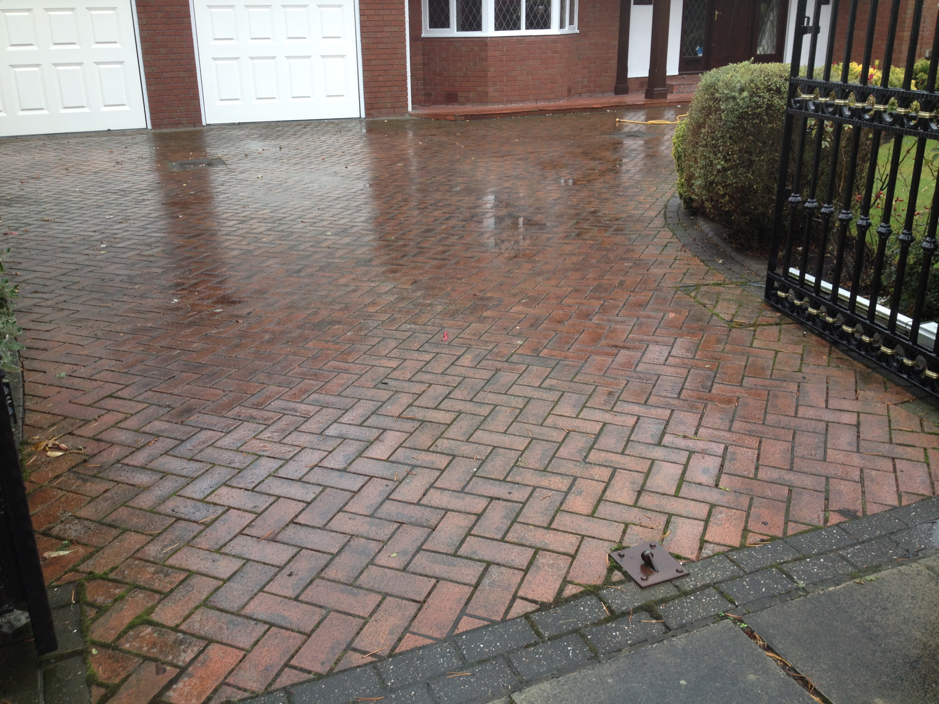 image of Block paving cleaning Southport merseyside before cleaning